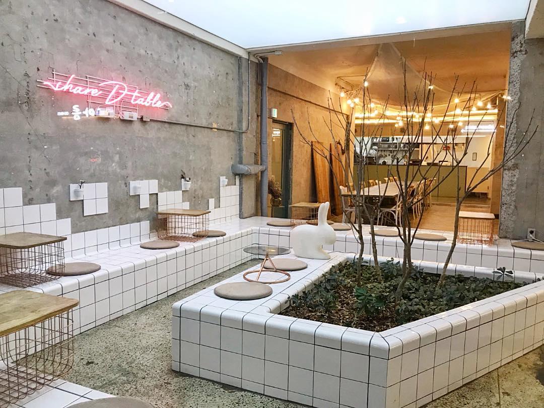 aesthetic cafes seoul share d table